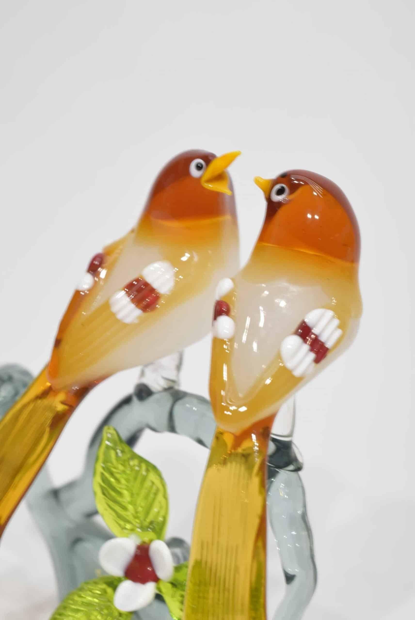 Zweig mit Orangenvögeln in Muranoglas